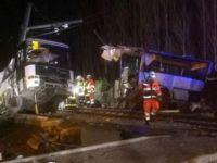 Trenle otobüs çarpıştı, 4 öğrenci hayatını kaybetti