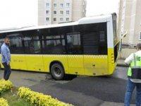 Yol çöktü, otobüsün tekerleği çukura düştü
