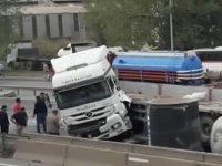 Feci kaza: TIR'dan düşen borular D 100'ü kilitledi
