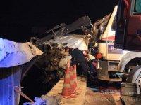Feci kaza: TIR bariyerlere asılı kaldı