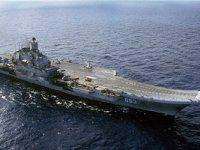 Düşen bir vinç Amiral Kuznetsov gemisinin üzerinde delik açtı