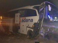 Yolcu otobüsü refüje çarptı 20 kişi yaralı