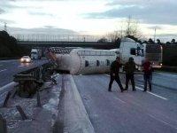 TEM'de deterjan yüklü tanker devrildi: İki şerit kapalı