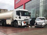 Tanker, plazaya daldı 3 araç pert