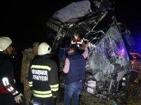 Yolcu otobüsü kamyonla çarpıştı:Ölü ve yaralılar var