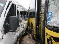 Otobüs ile servis minibüsü çarpıştı: Çok sayıda yaralı var