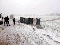 Kar ve tipi otobüs devirdi: Yaralılar var