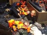 1.000 yolcu denizin ortasında kurtarılmayı bekliyor