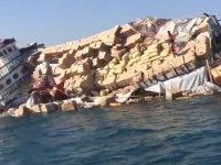Yük gemisi battı, yüzlerce koli denize saçıldı