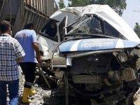 Tren minibüse çarptı: Ölü ve çok sayıda yaralı var