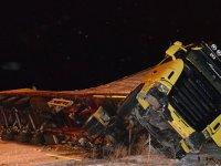 TIR devrildi, Karaman-Konya yolu kapandı