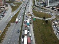 TEM'de kamyon devrildi: Trafik kilit…