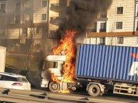 İstanbul'da TIR yangını! Trafik kilit...