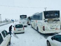 Uluslararası İpek Yolu kardan kapandı sürücüler mahsur