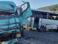 Korkunç kaza: Servis aracı ile kamyon çarpıştı