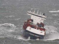 Kötü hava, konteynerleri denize çekti
