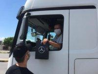 Mercedes, sınır kapılarındaki kamyoncularla bayramlaştı