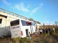 Yolcu otobüsü üst geçide çarptı, sonuç facia
