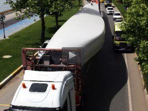 60 metrelik türbin kanadı özel yapım tırlarla taşınıyor